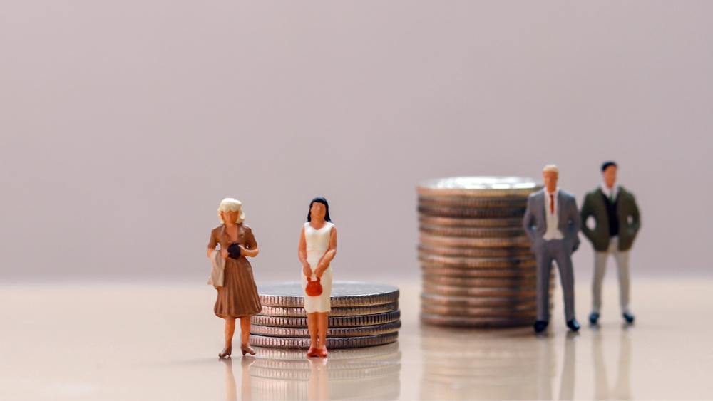 Pay gap between men and women closes
